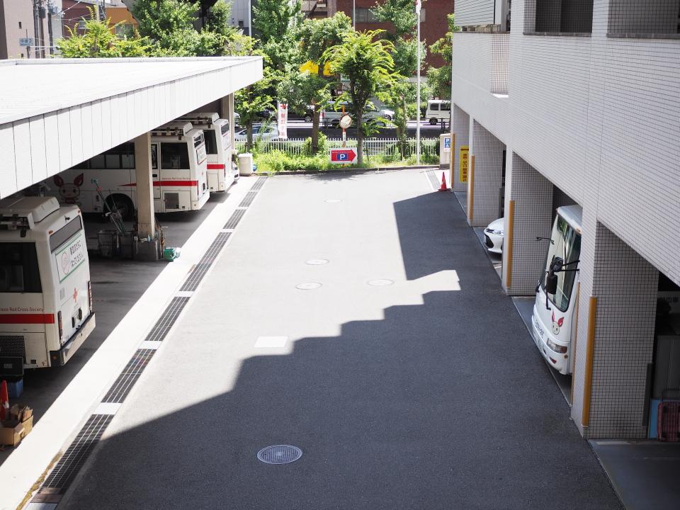 大阪府赤十字血液センター(森之宮)には献血バスが待機
