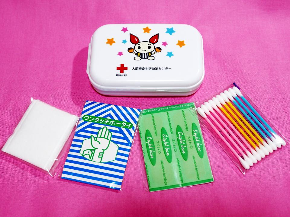 けんけつちゃん・携帯用救急セットの中身はガーゼ、ワンタッチホータイ、エイトバン、綿棒